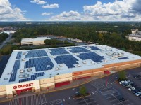 Which retailer tops the list for solar installed capacity in 2016?